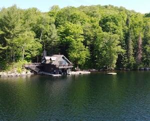 Image principale de l'article Un joli «boathouse» à vendre pour 1,6 M$