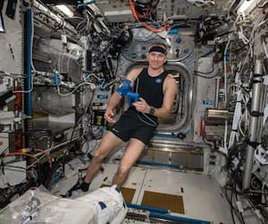 David Saint-Jacques essaie le Bio-Monitor, une nouvelle technologie canadienne, pour la première fois dans l'espace. Le système innovant de chemise intelligente est conçu pour mesurer les signes vitaux, lors de sa mission de 204 jours, décembre 2018 à juin 2019.