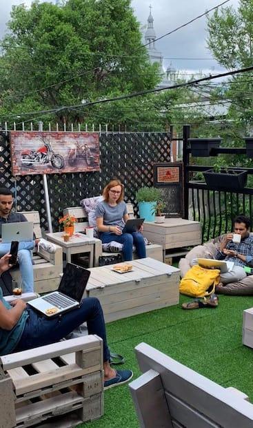 Image principale de l'article Un café avec une terrasse colorée sur Saint-Denis