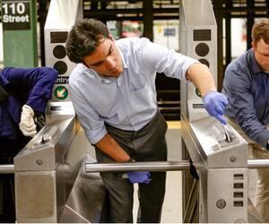 Des chercheurs écouvillonnent les tourniquets du métro de New York.