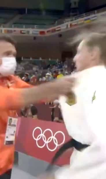 Image principale de l'article Son coach lui donne deux claques au visage
