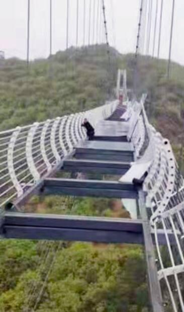 Image principale de l'article Un pont de verre éclate sous ses pieds