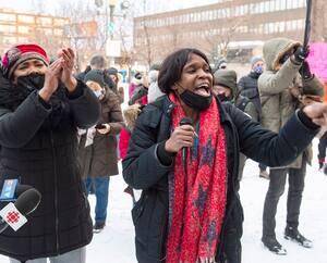 Une centaine de personnes se sontréunies en soutien à Mamadi III Fara Camara,hier en fin d'après-midi, devant le métro Parc,dans l'arrondissementVilleray–Saint-Michel–Parc-Extension, àMontréal.