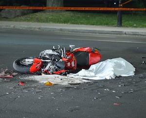 La Sûreté du Québec a dépêché dimanche un enquêteur en collision sur la route 137, à Saint-Denis-sur-Richelieu, en Montérégie, pour établir les causes et les circonstances exactes de l'accident lors duquel un motocycliste de 48ans a fait une embardée mortelle. En mortaise: l'engin de la victime a terminé sa course dans la pelouse.