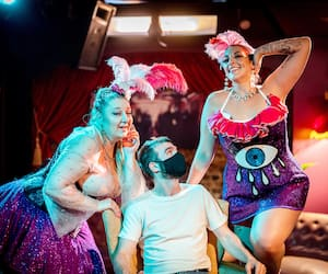 Me voici en joyeuse compagnie dans la salle du cabaret burlesque Wiggle Room, qui reprenait vie hier soir après 16 mois de traversée du désert pandémique.