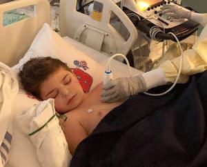 Le petit Jacob Gates, 7 ans, lors de son hospitalisation en février à l'Hôpital de Montréal pour enfants à la suite d'une hyperréaction de son système immunitaire.