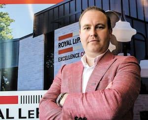 Alexandre Desrochers, propriétaire de l'agence Royal LePage Excellence à Saint-Jean-sur-Richelieu, espère que la crise de la COVID-19 ne s'éternisera pas.