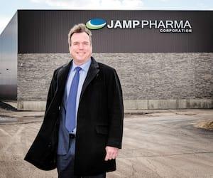 Louis Pilon a acquis JAMP Pharma en 2006 et a rapatrié ses activités de la Colombie-Britannique vers le Québec. C'est aujourd'hui l'un des deux principaux producteurs de médicaments génériques au Québec.