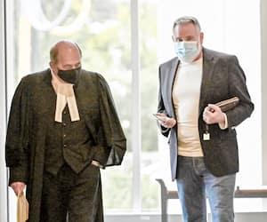 L'avocat criminaliste Daniel Roch et l'entrepreneur Normand Trudel à l'extérieur de la salle d'audience du palais de justice de Saint-Jérôme, mardi dernier, où se déroule le procès des coaccusés de Terrebonne.