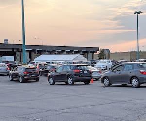 Des gens ont attendu jusqu'à trois heures à bord de leur véhicule, hier, au centre commercial Fleur de Lys, afin de subir un test de dépistage.