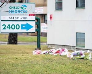 Des gerbes de fleurs ont été déposées au pied du CHSLD Herron le 13 avril où 31 personnes sont mortes en un mois.