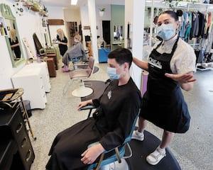 Propriétaire d'un salon de coiffure à Limoilou, Jennifer Daklaras ouvrira son commerce aujourd'hui même s'il n'y aura que deux coiffeuses au lieu de quatre.