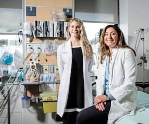 Âgées respectivement de 35 et 42 ans, les D<sup>res</sup> Émilie Sandman et Dominique Rouleau sont chirurgiennes orthopédistes à l'hôpital Sacré-Cœur, à Montréal. Un domaine médical encore très masculinqui représente un défi physique, et une adaptation auprès des collègues.