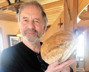Confiné à la campagne, Michel Côté a commencé à faire son propre pain.