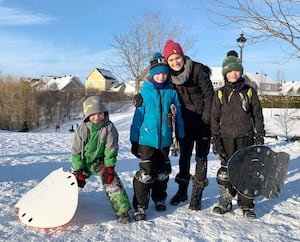Martine Côté, une mère de cinq enfants de Mont-Saint-Hilaire,profitaitdes rayons du soleil dans un parc de son quartiermercredi après-midi, avec ses triplets.