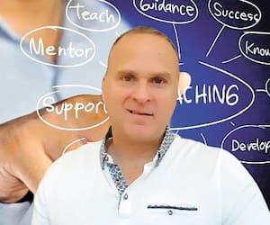 Marc Schryburt (photo) a mis sur pied une plateforme sur Facebook permettant aux entraîneurs sportifs d'échanger en ces temps de pandémie. Plusieurs personnalités connues ont d'ailleurs profité de ce nouvel outil virtuel pour donner des conférences web et répondre aux questions des membres.