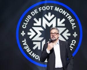 Le président du CF Montréal, Kevin Gilmore, a dévoilé le nouveau logo de l'équipe de soccer de la MLS, jeudi.