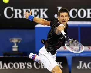 Novak Djokovic retourne le service de Rafael Nadal lors de la finale des Internationaux d'Australie en 2012.