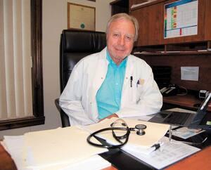 Âgé de 73 ans, le D<sup>r</sup> Pierre Pilon continue de soigner ses patients dans sa clinique de Mont-Tremblant. Il prend beaucoup de précautions pour se protéger, entre autres en raison de son âge.