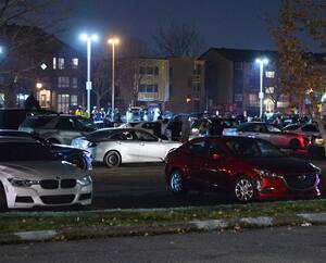 Après un regroupement illégal de voitures modifiées dans un stationnement d'un Canadian Tire de Montréal, dimanche, une voiture grise (en mortaise) qui coursait sur la rue De Salaberry a embouti des véhicules garés et un taxi, en plus de happer un piéton.
