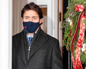 Le premier ministre canadien, Justin Trudeau, montrera l'exemple en travaillant le plus possible de la maison d'ici Noël, afin d'aider à diminuer les cas de COVID-19. Il a d'ailleurs tenu un point de presse vendredi devant sa résidence de Rideau Cottage, à Ottawa.