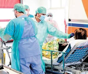 Des travailleurs de la santé s'occupaient d'une patiente dans un hôpital de la Lombardie, en Italie, le 17 mars.