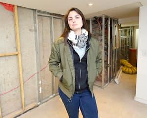 L'entrepreneure générale Catherine Deschambault, hier, sur un chantier à Westmount. M<sup>me</sup>Deschambault a expliqué au <i>Journal</i> qu'elle doit régulièrement expliquer à ses clients, sous le choc, les raisons de la hausse constante du prix des matériaux.