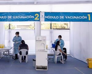 Des travailleurs de la santé distribuent le vaccin chinois de Sinovac contre la COVID-19 dans un centre de vaccination de la capitale, Santiago.