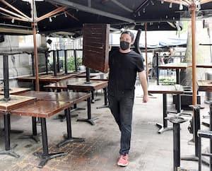 Préparation mardi de la terrasse du restaurant L'Atelier sur Grande Allée de Quebec.