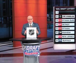 Bill Daly, adjoint au commissaire de la LNH, a dirigé vendredi la séance de loterie en vue du repêchage de la Ligue nationale de hockey. Sur le tableau, on peut voir l'ordre des équipes à la prochaine séance de sélection.