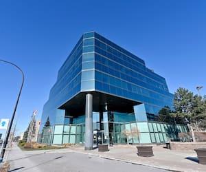 Les bureaux de Mindgeek, la société derrière le géant de la porno sur internet Pornhub, se trouvent dans cet immeuble anonyme du boulevard Décarie, à Montréal.