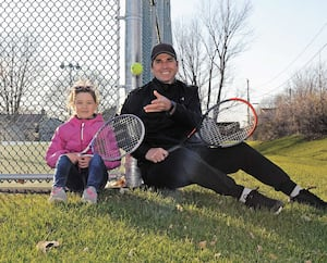 Reprise du tennis. Un pere coach de tennis Francois Demers et sa fille Laurie Demers, parc de l arena a Saint-Romuald, 265 Avenue Taniata, Saint-Romuald, Levis, 13 mai 2020. Photo PASCAL HUOT / JOURNAL DE QUEBEC / AGENCE QMI