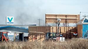 Le plateau de tournage de Moonfall est installé sur un terrain de Mascouche, sur le bord de l'autoroute 640.