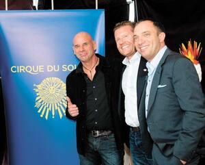 Daniel Lamarre, David Trujillo,associé chez TPG, Guy Laliberté (fondateur du Cirque), James Coulter, cofondateur de TPG Capital, et Mitch Garber à la conférence de presse au cours de laquelle on a annoncé la vente du Cirque, en avril 2015 à Montréal.