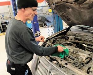 Christian Paradis, mis à pied temporairement mercredi, avait la permission de revenir au garage presque désert pour travailler sur son véhicule personnel.