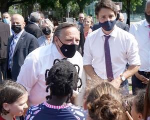 François Legault et Justin Trudeau ont pris un moment pour discuter avec des enfants, le 5 août dernier, à Montréal, dans le cadre d'une annonce sur le financement du réseau des services de garde.
