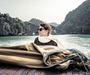 Dans <i>14 jours, 12 nuits</i>, Anne Dorval joue le rôle d'une mère endeuillée qui part en pèlerinage au Vietnam pour tenter de comprendre les origines de sa fille adoptive, décédée un an plus tôt.