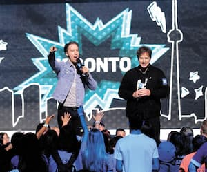 Les fondateurs de WE Charity, Craig et Marc Kielburger, à WE Day Toronto en 2019.