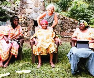 Caroline et ma mère (au milieu) entourées de deux de mes trois sœurs.