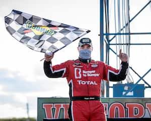 Kevin Lacroix a remporté, samedi au circuit de Flamboro, la quatrième étape de la saison en série NASCAR Pinty's.
