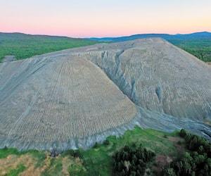 Il y a desavantages économiques, sociaux et environnementaux àtirer du magnésium de ces montagnes de résidus miniers situées àThetford Mines, qui seraient ainsi décontaminées, mais cela doit se faire «sans aucun compromis pour la santé», dit le BAPE. Ces buttes comprennent jusqu'à 40% de fibres d'amiantes (en médaillon).