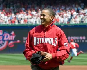 Le président Barack Obama est tout sourire après avoir effectué le tir protocolaire du premier match de la saison du baseball majeur le 5 avril 2010 à Washington.