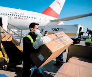 Des équipements de protection provenant de Chine et à destination de l'Italie sont déchargés d'un avion en Autriche, le 23 mars.