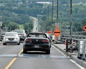 Hier, en raison des travaux, <i>Le Journal</i> a pu constater que les voitures doivent diminuer leur vitesse en passant sur des bosses, ce qui provoque un ralentissement important sur le pont de l'Île-d'Orléans.