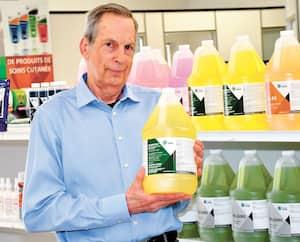 Guy Côté, directeur général de Produits Sanitaires Lépine, dont le siège social est à Saguenay, peine à répondre à la demande de produits désinfectants depuis le début de la crise de la COVID-19.
