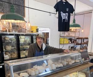 Max Dubois, propriétaire deL'Échoppe des fromages de Saint-Lambert, souligne qu'il y aplusieurs petits producteurs qui ne mettent pas de «cochonneries» comme l'huile de palmedans leur fourrage pour nourrir leurs animaux.