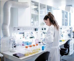 Une chercheuse travaille sur un vaccin contre la COVID-19 au laboratoire de recherche de l'université de Copenhague, au Danemark.