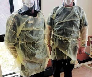 Les agents correctionnels dans les secteurs de quarantaine, comme ceux sur cette photo, doivent porter un masque, des lunettes et une jaquette.