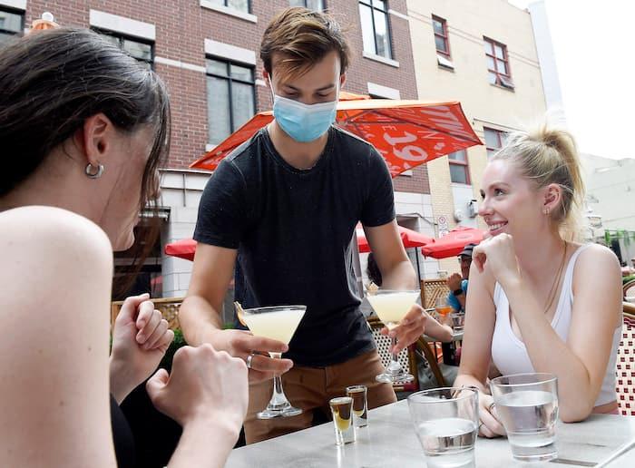 Des clientes profitaient de la terrasse du London Jack de Québec le 7juin dernier.