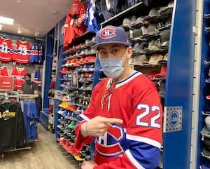 Les chandails comme celui que porte ici Tim Macdonell se vendent comme des petits pains grâce au succès du Canadien.